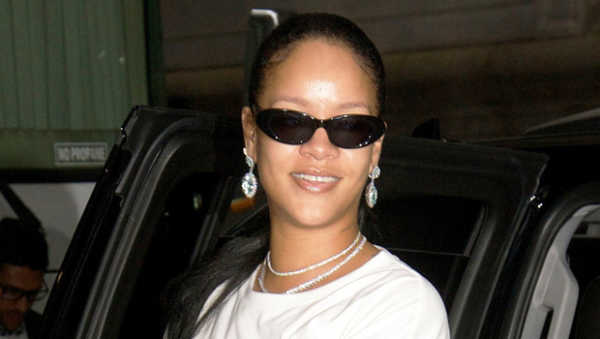 Rihanna Responds To Trolls About Her 'Pimple' In 'First Selfie of the Year'!