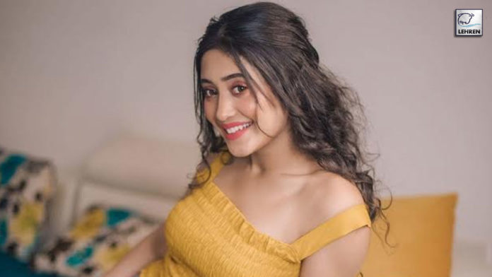 Shivangi Share Space With Actors